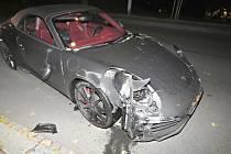 Nabouraný luxusní vůz.