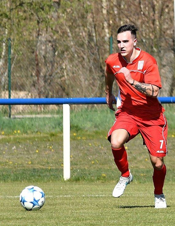Čtvrtou výhru v řadě za sebou urval Horní Slavkov (v červeném), který tentokrát pokořil jedenáctku Staré Role 3:0.