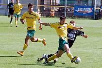 Karlovarští Buldoci (ve žlutém) v domácím prostředí ukočili svůj střelecký půst, když v duelu s Jabloncem po 437 minutách konečně dali gól a také bodovali.