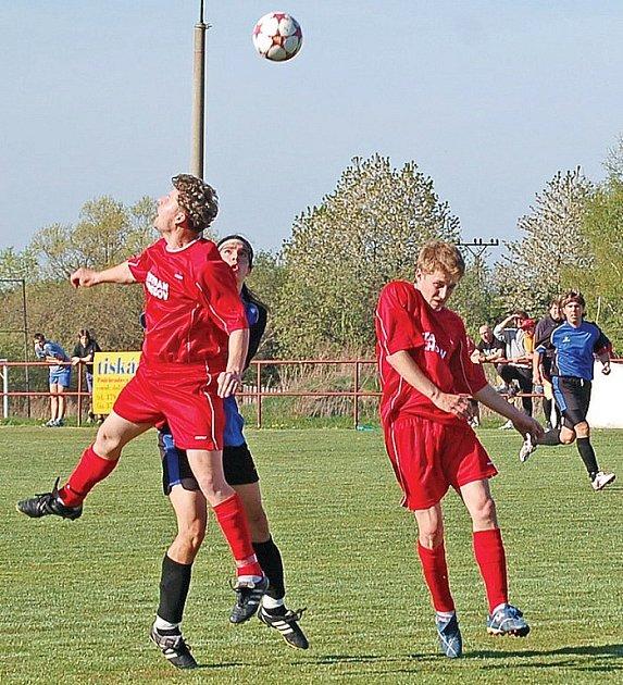 Chodovští fotbalisté (v červeném zleva Jan Chmelík a Martin Hála) v sobotu těsně podlehli soupeři z Tachova.