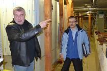 KARLOVARSKÉ VŘÍDLO čeká patrně rozsáhlá oprava. To už je jisté. Je ovšem ještě třeba vyřešit několik otázek. Kdy, jak a za kolik. Na snímku zleva statik Petr Hampl a ředitel Správy přírodních léčivých zdrojů a kolonád Karlovy Vary Milan Trnka.