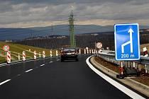 Dopravní policisté si stěžují na neukázněné řidiče, kteří nedodržují povolenou rychlost na zprovozněném úseku silnice R6 mezi Kamenným Dvorem a Tisovou.