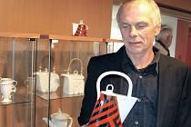 Obrázky Jiřího Kožíška přinášejí do chodovské výstavní síně to, co současnému umění až příliš často chybí, totiž humor. A humor nechybí ani na ukázkách z tvorby v porcelánu.