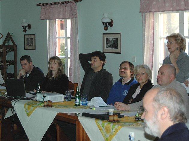 Utajovaného jednání v Březové se účastnilo několik vedoucích odborů. Redakce je zastihla ještě před obědem, který bude platit radnice.