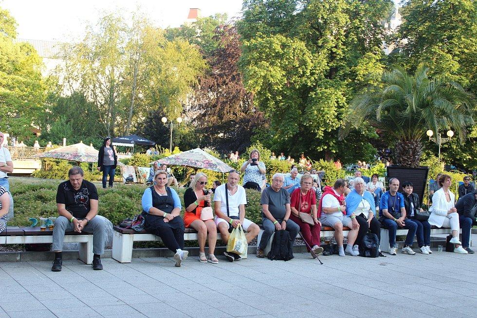 BANJO BAND Ivana Mládka vystoupili v sobotu u hotelu Thermal, a to v rámci Karlovarského kulturního léta.