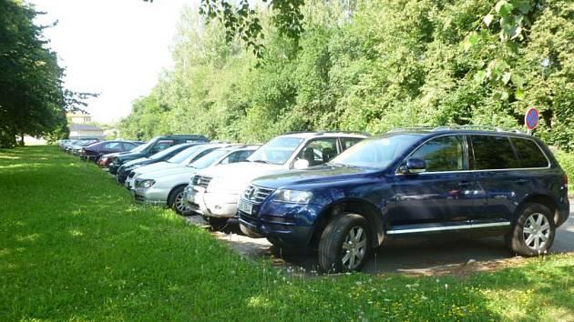 Úprava parkoviště. Město Ostrov vylepší parkování u nemocnice. Přispěje i vlastník.