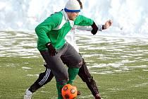 Vysokou výhru si připsala v dalším kole zimního turnaje FK Ostrov na své konto karlovarská Lokomotiva (v zeleném). Ta pokořila v poměru 5:2 mužstvo Jáchymova (v bílém).