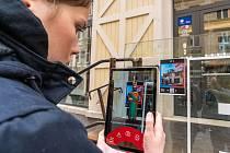 Virtuální Karel IV. provádí návštěvníky města.