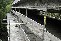 Neznámý pachatel odcizil volně přístupné lešení z pod mostu mezi obcemi Kfely a Cihelny.