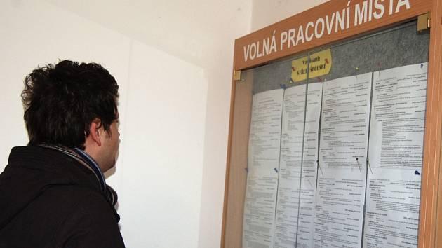 Sehnat práci je v Karlovarském kraji stále složité.