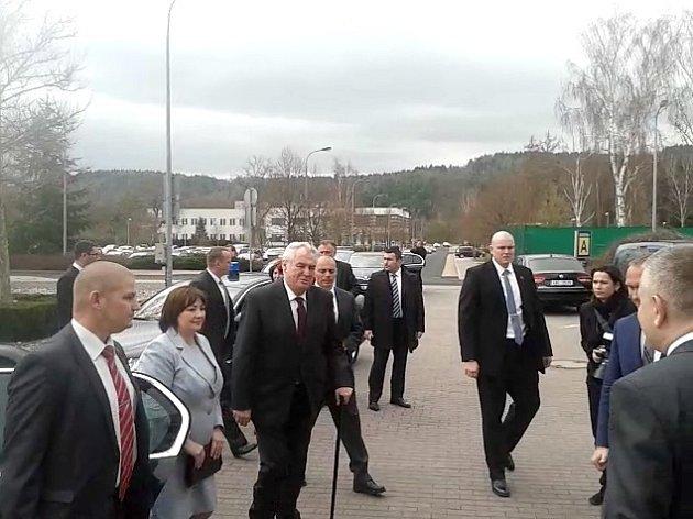 Příjezd prezidenta a první dámy před Krajský úřad Karlovarského kraje