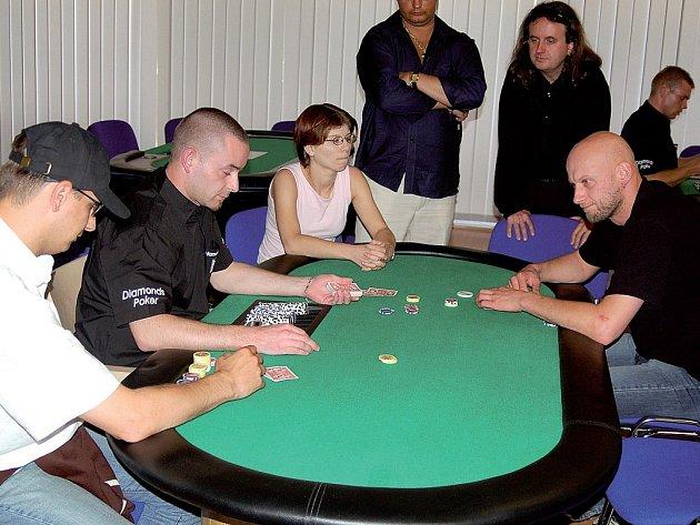 Karlovarák Roman Fiala (na snímku vpravo) se o účast ve včerejším finále pokeru pokoušel marně.