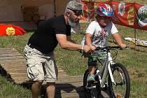Na karlovarském Meandru se v pátek konalo sportovní dopoledne určené pro žáky základních škol, které bylo součástí akce Kolo pro život. Děti tu zdolávaly různé úkoly a mohly si procvičit i různé překážky.