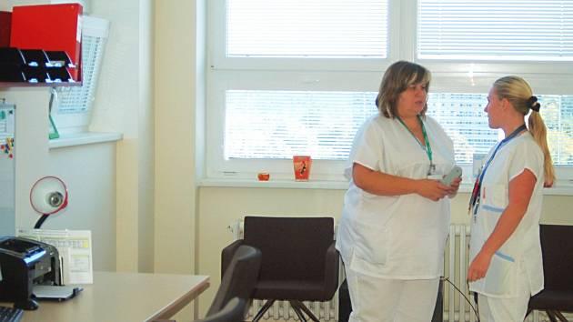 Titul diplomovaný specialista (DiS) mohou v současnosti sestry získat na Střední zdravotnické škole a Vyšší odborné škole v Karlových Varech.