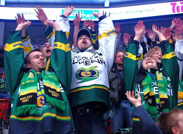 CO BUDE S HOKEJEM? Fanoušci HC Energie jsou svému klubu velmi věrní. Nyní se však bojí, zda se na pokračování hokejového týmu najdou potřebné finanční prostředky.
