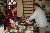 Hradní paní Dita Kintšnerová prodala v sobotu přibližně desítku vstupenek na hrad. Návštěvníky odradilo nepříznivé počasí