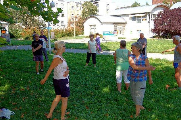 V parku před karlovarským magistrátem si odbyli své pravidelné středeční cvičení frekventanti kurzu sebeobrany.