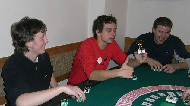 Karlovarskému hráči pokeru Otovi Hrdinovi (na snímku uprostřed) se podařilo kvalifikovat se na největší turnaj jižní polokoule.