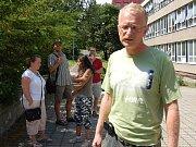 Strach o děti. Řada rodičů, jejichž děti docházejí do základní školy Komenského v Drahovicích, má o své ratolesti strach. Proto je raději každý den po vyučování před školou vyzvedávají.