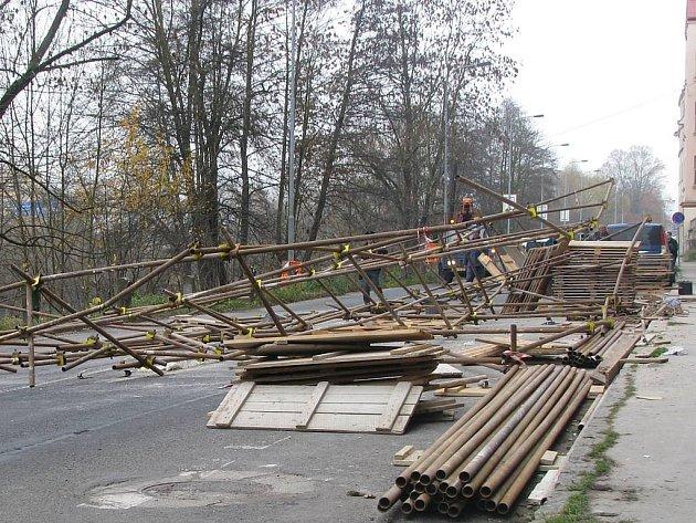 Na Drahomířině nábřeží se zřítilo lešení, na kterém pracovali dva dělníci.