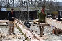 Výroba trámů je ryze ruční práce.