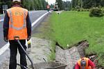 Na silnici číslo I/25 mezi Jáchymovem a Božím Darem silničáři pracují na odvodnění vozovky.