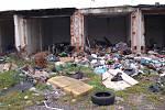Zbytky garážnické kolonie v Jabloňové ulici. Ty, které stojí, využívají jako útočiště bezdomovci.
