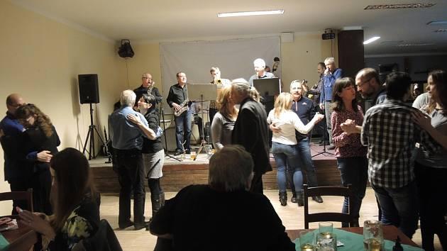 Na pohodový páteční večer při tanci zve kapela Swing studio Karlovy Vary.