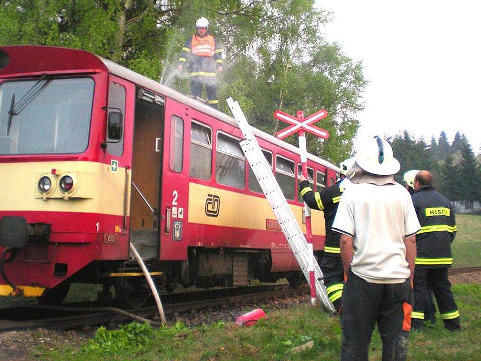 Hornoblatenští doborovolní hasiči pomáhali letos v dubnu likvidovat požár vlaku v nedalekých Potůčkách.