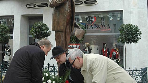 Hejtman Josef Pavel (vpravo) pokládá věnec k soše TGM.