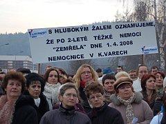 """Protestující zdravotníci doufají, že se situace v karlovarské nemocnici obrátí a slova na tomto transparentu se nenaplní. Chtějí věřit, že 1. duben nebude dnem pohřbu, ale """"Karlovarským jarem""""."""