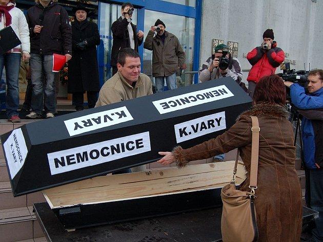 Zdravotníci dorazili na demonstraci s rakví, která představovala konec karlovarské nemocnice.