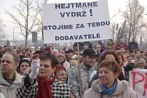 Demonstrace před Krajským úřadem Karlovarského kraje.