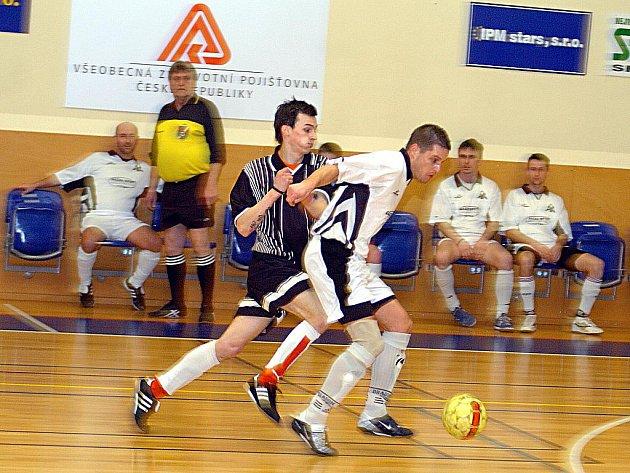 FC Jenišov (v pruhovaném) si v 16. kole krajského futsalového přeboru připsal na své konto v zápase s chodovským Titanikem porážku 1:9.