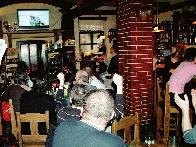 HOKEJ V HOSPODĚ. Lístky nejsou, a tak spousta Karlovaráků bude fandit po hospodách, jako v sobotu ve Ventura Pubu.