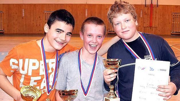 Agon Limani, Radim Kubín a Adam Ozom s poháry a medailemi za vítězství v turnaji.