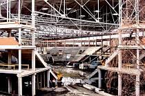 HALA BUDE BRZY POD STŘECHOU. Práce na zastřešení karlovarské multifunční haly vrcholí. Stavbařům k dodržování harmonogramu přispívá i mírná zima.