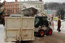 Vyvážení sněhu z centra Karlových Varů