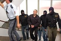 Říjnové zatýkání. Po říjnovém zatýkání skončilo ve vazbě dalších pět členů zločineckého gangu rodiny Zádamských. Mezi nimi byl i nyní propuštěný Radek Handlíř (není na snímku).