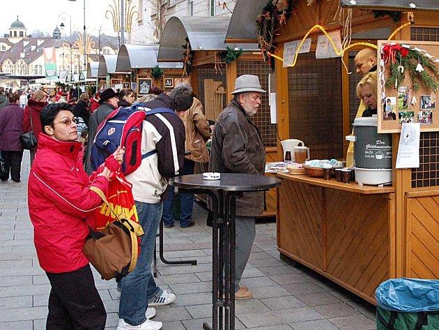Letos se vánoční trhy stěhují na náměstí Milady Horákové.