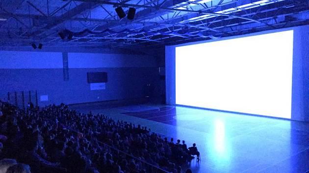 Míčová hala KV Arény se změnila v obří kino