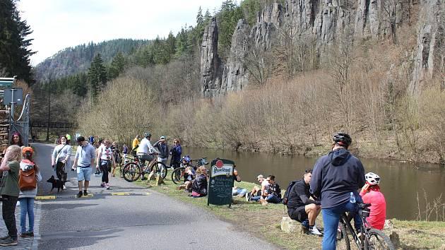 V neděli, poslední den, kdy platilo opatření kvůli uzavřeným hranicím, zažívalo oblíbené turistické místo ve Svatošských skalách hotový nápor výletníků. Ti sem dorazili na kolech, koloběžkách i pěšky.