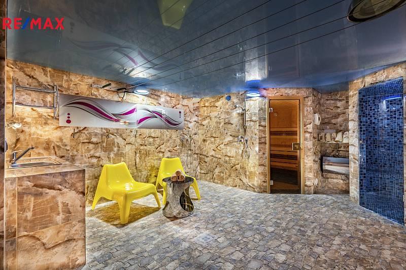 V Jenišově je ukryt tento dům, který Remax nabízí. Jeho cena klesla z 19,5 milionu na 17,5 korun.