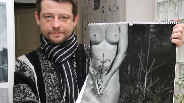 Autor Jan Sokol se svým kalendářem