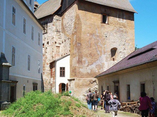 OTEVŘENÍ hradní části památkového objektu se připravuje. Návštěvníci se sem zatím dostanou jen výjimečně.