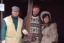 Závod v historických kostýmech a s historickým vybavením. Tak oslavují Krušnohorci zimní sporty.