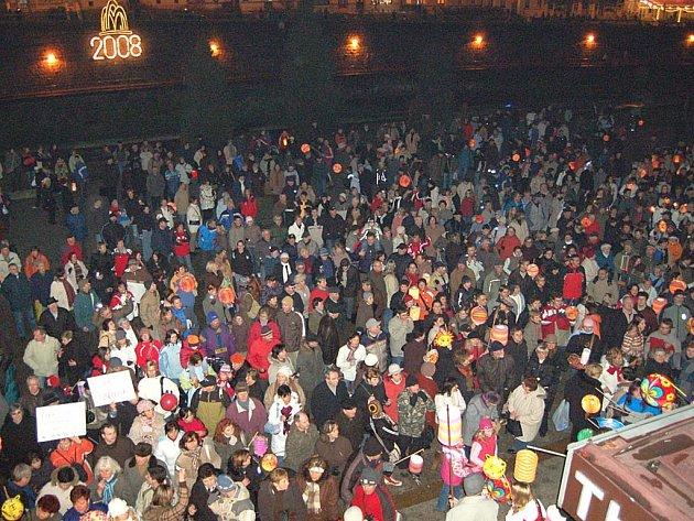 Před Thermalem se na podporu karlovarské nemocnice sešlo přes dva a půl tisíce lidí.