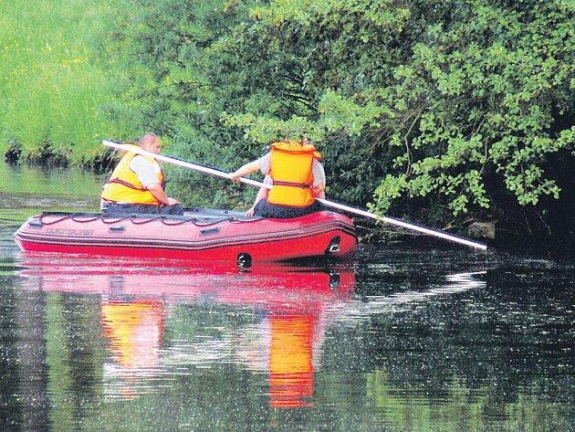 Záchranáři včera už druhý den hledali v řece Ohři tělo vodáka, který se převrátil na jezu v Lokti. Třem jeho kamarádům se podařilo vylézt zpět na loď. Pátrání skončilo po celkem osmi hodinách.