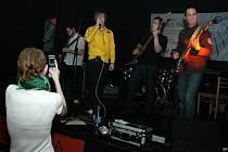 Karlovarská skupina Yellow vznikla zhruba před dvěma lety, ale za dobu fungování už toho stihla opravdu hodně. Zítra Yellow předvedou svou muziku na Sokolovské ulici.