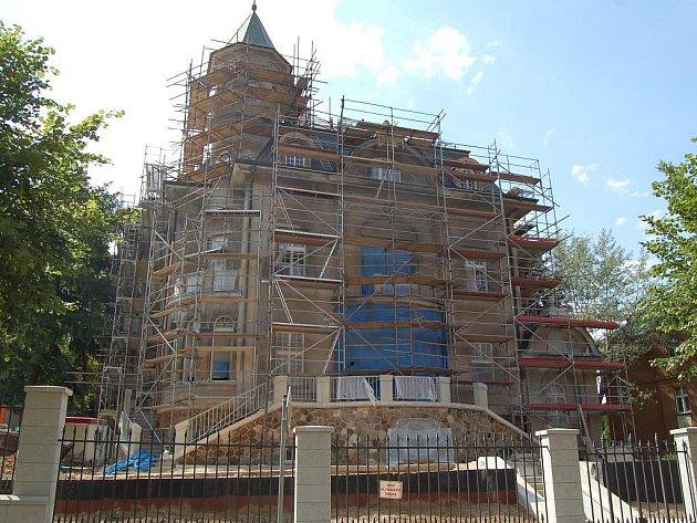 Parta restaurátorů se snaží vrátit původní podobu fasády Becherovy vily v lázeňské části Karlových Varů. Obnovují ušlechtilou teracovou omítku